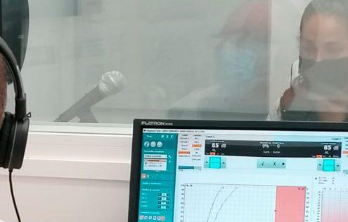 Realizando prueba de audiometría en cabina